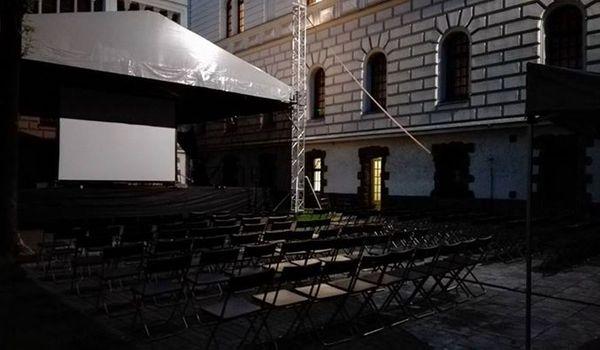 Going. | Kino Na Dziedzińcu: Dobrze się kłamie w miłym towarzystwie - Dziedziniec CK Zamek